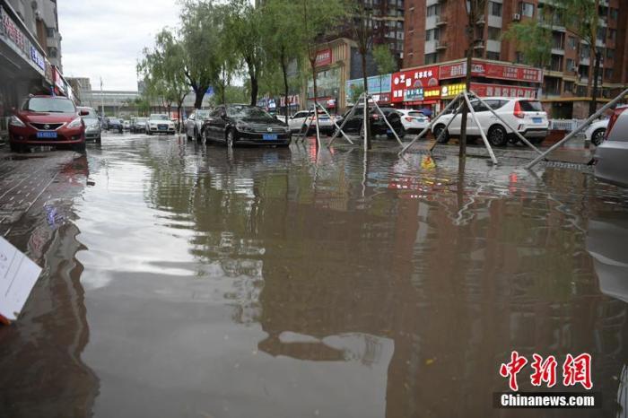 城區多個路段積水成河。張瑤 攝