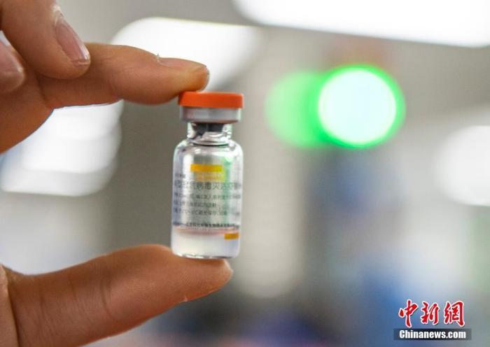资料图:位于北京市大兴区的北京科兴中维生物技术有限公司的仓库内,工作人员展示一支西林瓶装新冠灭活疫苗。 <a target='_blank' href='http://www.chinanews.com/'>中新社</a>记者 侯宇 摄
