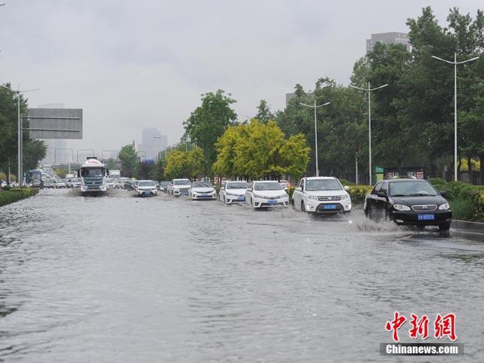 車輛在積水路段出行。劉棟 攝