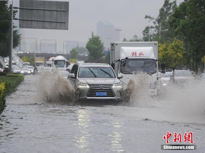 城區多個路段積水嚴重。劉棟 攝