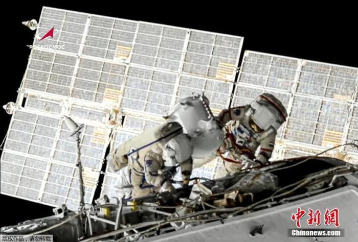 资料图:2名国际空间站成员、俄罗斯宇航员奥列格·诺维茨基和彼得·杜布罗夫为更换电池进行太空行走。
