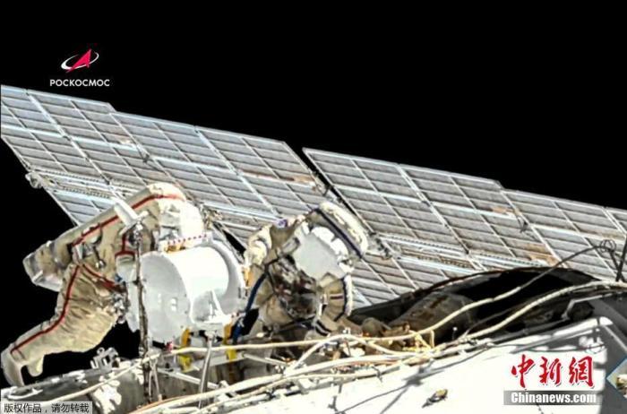 6月3日消息,美联社于当地时间6月2日发布了一组宇航员太空行走的影像,2名国际空间站成员、俄罗斯宇航员奥列格·诺维茨基和彼得·杜布罗夫为更换电池进行太空行走。