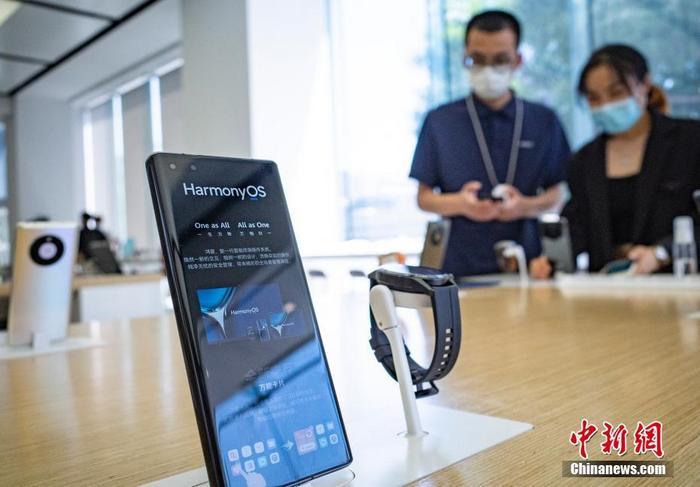 6月3日,位于北京市的一家华为授权体验店内,消费者在咨询了解搭载HarmonyOS 2(鸿蒙)系统的手机等产品。6月2日20时,中国华为公司通过线上发布会的形式,正式发布鸿蒙HarmonyOS 2系统及多款搭载HarmonyOS 2的新产品,华为手机、平板等百款设备将陆续启动HarmonyOS 2升级。HarmonyOS是新一代智能终端操作系统,为不同设备的智能化、互联与协同提供统一的语言。 <a target='_blank' href='http://www.chinanews.com/'>中新社</a>记者 侯宇 摄