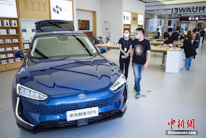 6月3日,位于北京市富力广场的华为授权体验店Plus内,摆放于此的一辆新能源车,吸引消费者进行咨询。<a target='_blank' href='http://www.chinanews.com/'>中新社</a>记者 侯宇 摄