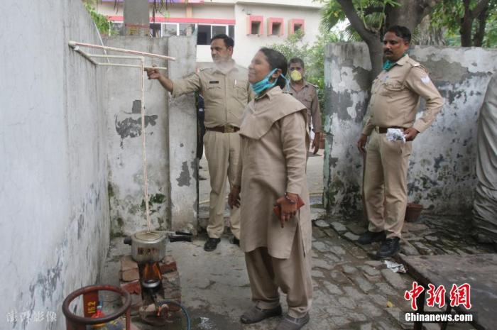 资料图:当地时间2021年6月3日,印度北方邦加济阿巴德,印度警察吸入草药蒸汽,作为预防新冠肺炎的措施。 图片来源:ICphoto
