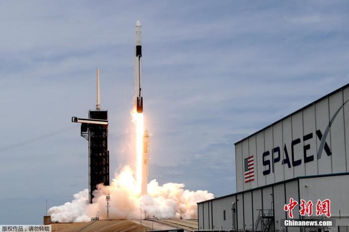 """资料图:当地时间2021年6月3日,美国佛罗里达州卡纳维拉尔角,SpaceX猎鹰9号火箭搭载货运龙飞船在肯尼迪航天中心39A发射台升空,为国际空间站执行补给任务。美国国家航空航天局(NASA)用""""猎鹰9"""" 号火箭把128只小鱿鱼和5000只微型缓步动物送入国际空间站。此举目的在于研究微生物对微重力环境的反应。"""