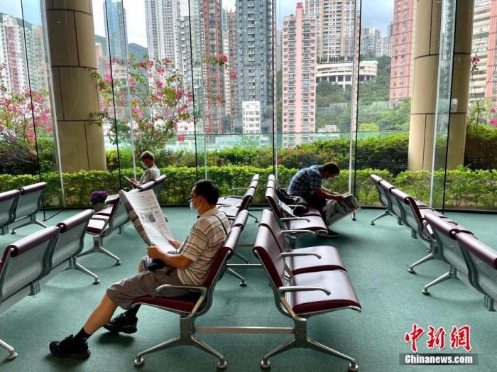 6月4日,香港疫情缓和,有不少市民于中央图书馆阅报。 <a target='_blank' href='http://www.chinanews.com/'>中新社</a>记者 李志华 摄