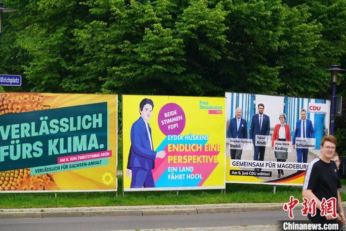 当地时间6月6日,路人经过萨安州州府马格德堡街头的多个政党的竞选广告。当日,德国大选前最后一场州级选举在德国东部萨克森-安哈尔特州(萨安州)落幕。根据7日凌晨公布的出口民调结果,德国总理默克尔所在的基民盟在该州以37%的得票率大胜选前声势颇高的极右翼政党德国选择党。 <a target='_blank' href='http://www.kedivino.com/'>中新社</a>记者 彭大伟 摄