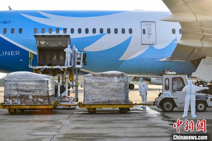 6月7日16时25分,从意大利米兰出发的中国南方航空CZ8054航班降落在海口美兰国际机场,标志着米兰—海口货运航线正式开通,该航线结束了欧洲最主要的时尚消费品产地意大利/瑞士产业聚集区与海南没有直飞航班的历史。图为机场工作人员正在为CZ8054航班卸货。   /p中新社记者 骆云飞 摄