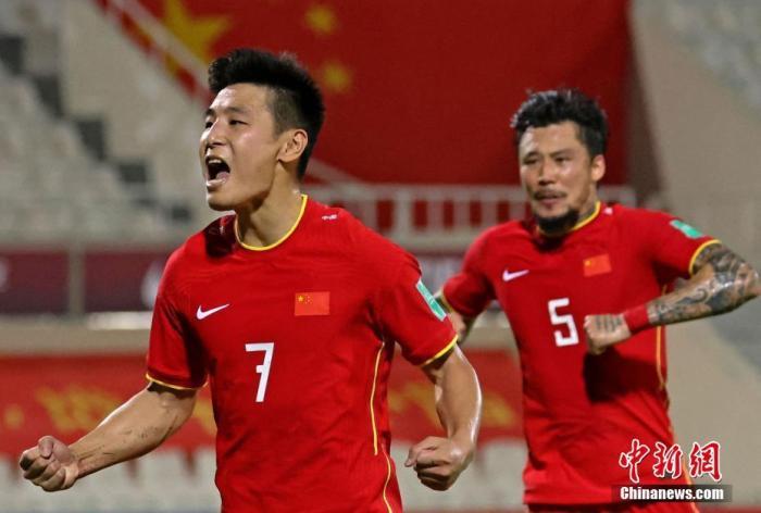 资料图:武磊(左)在比赛中庆祝进球。 图片来源:视觉中国