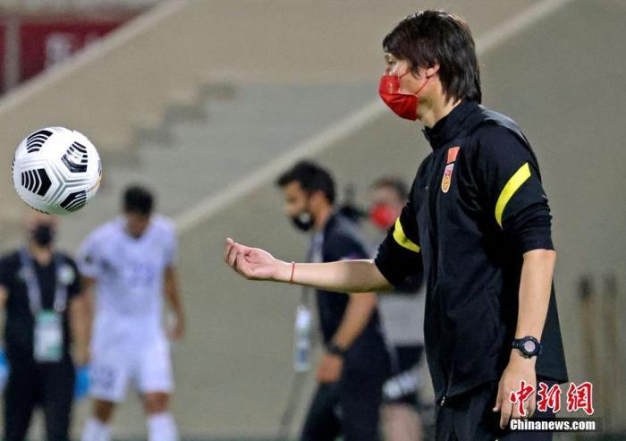图为比赛中的国足教练李铁。 图片来源:视觉中国