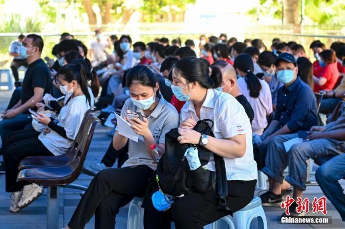 6月9日,广东省广州市祈福医院新冠疫苗接种点,市民接种新冠疫苗后在留观区等待。<a target='_blank' href='http://www.chinanews.com/'>中新社</a>记者 陈骥旻 摄