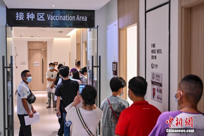 资料图:市民在医院新冠疫苗接种点排队接种疫苗。中新社记者 陈骥�F 摄