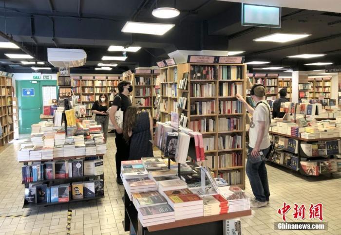 """当地时间6月9日,法国启动第三阶段""""解封"""",进一步开放餐饮、商业和文化场所。图为民众当天在巴黎市中心一家大型书店选购书籍。 <a target='_blank' href='http://www.chinanews.com/'>中新社</a>记者 李洋 摄"""