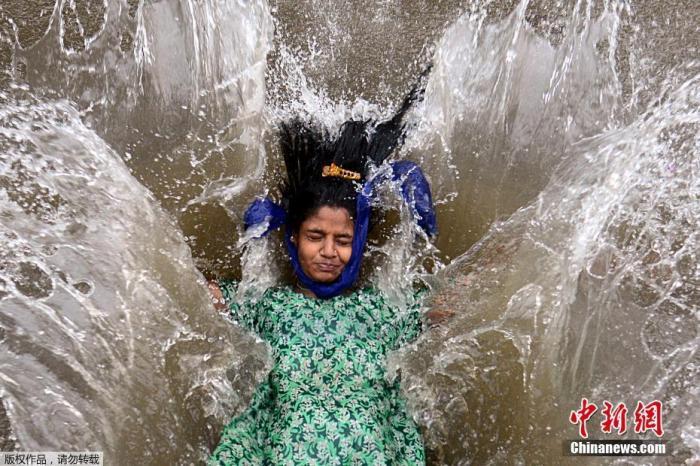 �Y料�D:��地�r�g6月9日,印度孟�I遭遇暴雨天�猓�街道被々�e水淹�]。