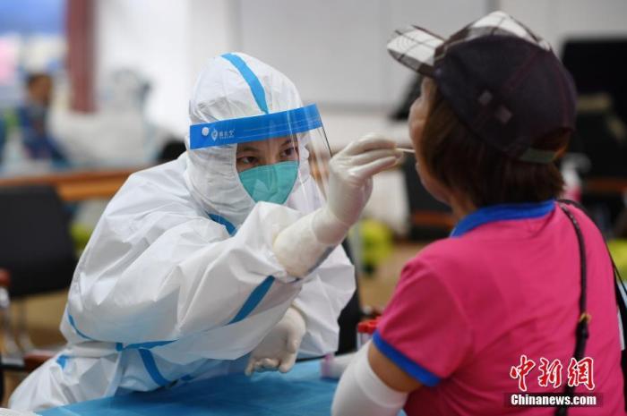 资料图:医护人员在核酸检测采样点为市民做核酸检测。 中新社记者 陈楚红 摄