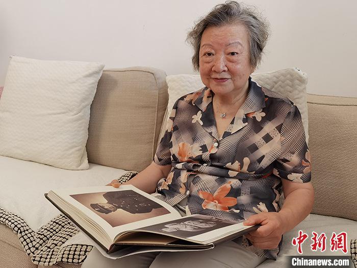 图为6月10日,李筱松在北京家中翻阅《李济深画传》。 中新社记者 路梅 摄
