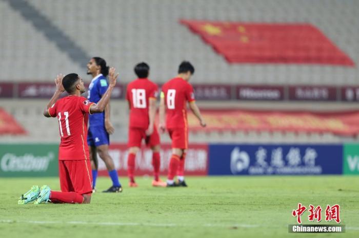 当地时间6月11日,阿联酋沙迦,2022年卡塔尔世界杯预选赛亚洲区40强赛A组次轮的比赛中,中国队以5比0战胜马尔代夫队。图为阿兰在比赛中庆祝进球。图片来源:视觉中国