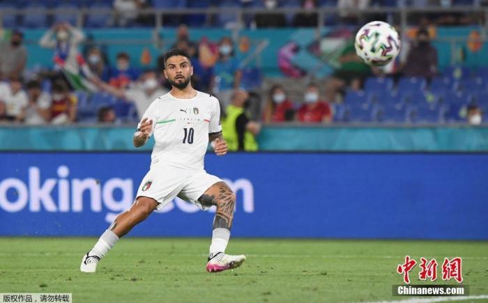 北京时间6月12日凌晨,意大利罗马,欧洲足球锦标赛揭幕战开赛,意大利3比0战胜土耳其,取得开门红。图为意大利球员因西涅在比赛中。