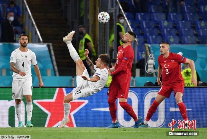 北京时间6月12日凌晨,意大利罗马,欧洲足球锦标赛揭幕战开赛,意大利3比0战胜土耳其,取得开门红。图为两队队员在比赛中。