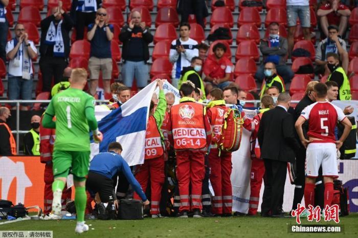 当地时间6月12日,欧洲杯B组第一轮丹麦VS芬兰之战安排在哥本哈根帕肯球场进行。原本普普通通的一场比赛,却因一个突发意外,牵动了所有人的心。上半场临近尾声时突发意外。丹麦头号球星埃里克森在无对抗情况下倒地失去意识,医疗团队对其进行了紧急的心脏复苏,随后埃里克森恢复意识被送往医院进行进一步治疗。令人感动的是,在医疗团队进场对埃里克森进行急救时,丹麦队员围成一圈,组成了一道最美的人墙。
