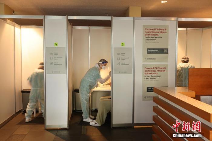 当地时间2021年6月12日,德国柏林,柏林歌剧院(Deutsche Oper Berlin)重开,所有观众都被要求戴上口罩,并出示疫苗接种证明或近期的新冠病毒检测阴性证明。 图片来源:视觉中国