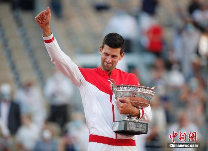"""当地时间6月13日,法国网球公开赛男单决赛赛会头号种子、世界排名第一的德约科维奇对阵西西帕斯。德约科维奇开局先落后两盘的情况下,在随后的比赛中连赢三盘,最后以3:2逆转西西帕斯取胜,夺得法网男单冠军。至此,德约科维奇成为男子网坛首位""""双圈全满贯""""。"""
