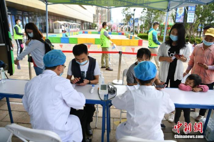 云南昆明,移动疫苗接种车助力新冠疫苗接种。6月15日,市民在车外排队进行预检。 <a target='_blank' href='http://www.chinanews.com/'>中新社</a>记者 刘冉阳 摄