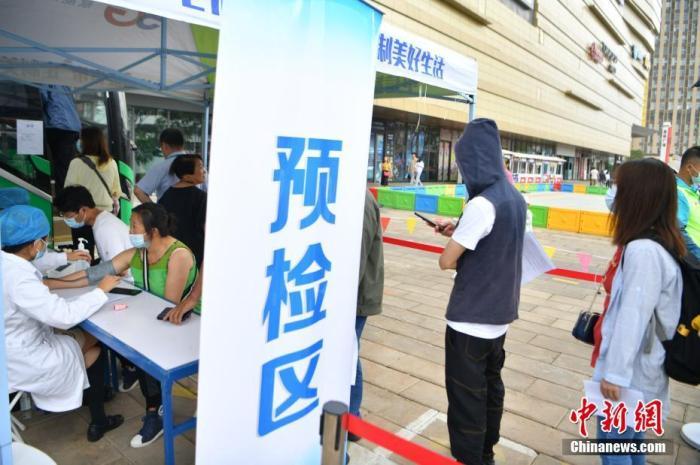 6月15日,市民在车外排队进行预检。当日,云南省昆明市五华区投入的第一批新冠疫苗移动接种车正式启用,在社区、商场、街道等区域提供新冠疫苗接种服务,方便民众就近接种。 中新社记者 刘冉阳 摄