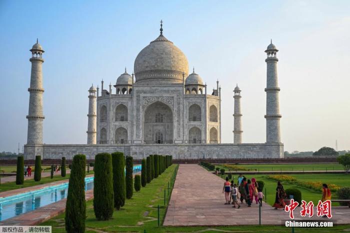 资料图:当地时间6月16日,印度北方邦阿格拉,随着当地新冠防疫限制措施逐步放宽,著名旅游景点泰姬陵时隔两个月重新对外开放。