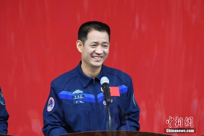 6月16日,执行神舟十二号载人飞行任务的3名航天员聂海胜、刘伯明、汤洪波16日在酒泉卫星发射中心问天阁与中外媒体记者集体见面。图为聂海胜。 汪江波 摄
