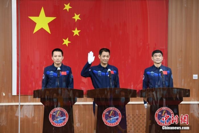 6月16日,执行神舟十二号载人飞行任务的3名航天员聂海胜、刘伯明、汤洪波16日在酒泉卫星发射中心问天阁与中外媒体记者集体见面。 汪江波 摄