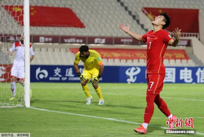 武磊在世预赛40强赛末轮3:1战胜叙利亚的比赛中庆祝进球。
