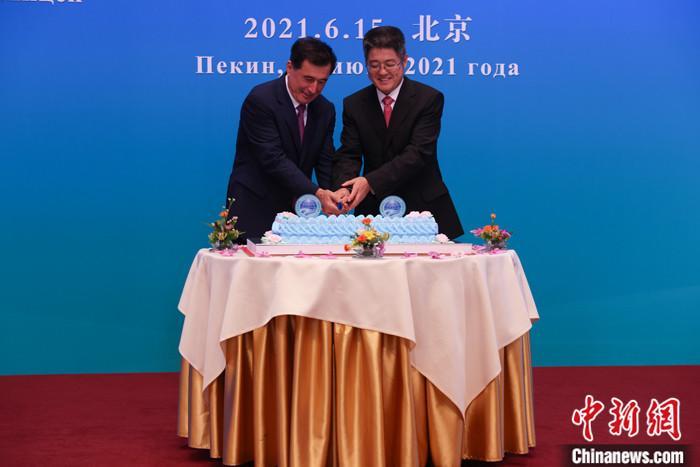 图为中国外交部副部长乐玉成与上合组织秘书长诺罗夫共切庆祝蛋糕。 <a target='_blank' href='http://www.chinanews.com/'><p  align=