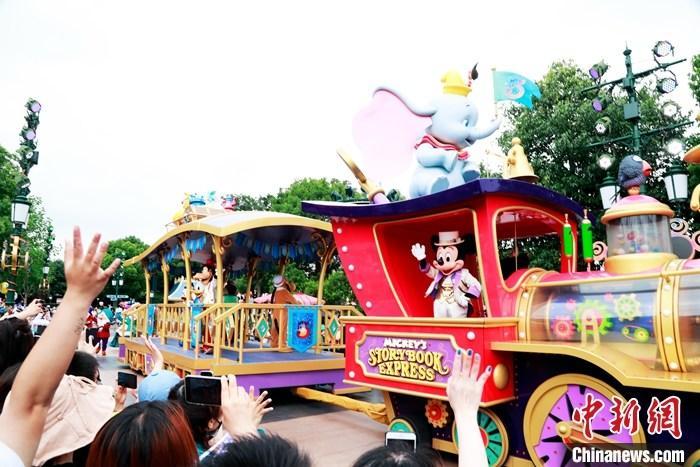 6月16日,在欢快雀跃的生日快乐歌声中,上海迪士尼乐园迎来五周岁生日,一众华特迪士尼公司动画电影中的角色载歌载舞,与中外游客一起在上海迪士尼乐园城堡前共同庆祝这一里程碑式的日子。  <a target='_blank' href='http://www.chinanews.com/'>中新社</a>记者 汤彦俊 摄