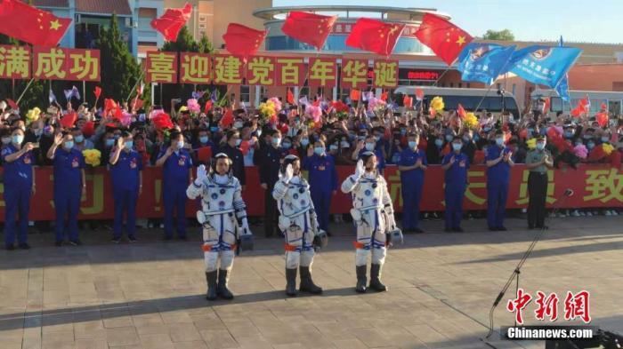 北京时间2021年6月17日清晨,神舟十二号载人飞行任务航天员乘组出征仪式,在酒泉卫星发射中心问天阁广场举行。6时32分,中国载人航天工程总指挥、空间站阶段飞行任务总指挥部总指挥长李尚福下达命令,聂海胜、刘伯明、汤洪波3名航天员领命出征,即将开启为期3个月的飞行任务,并将成为中国载人航天进入空间站阶段后的首批太空访客。图为神舟十二号载人飞行任务航天员乘组出征仪式现场。郭超凯 摄