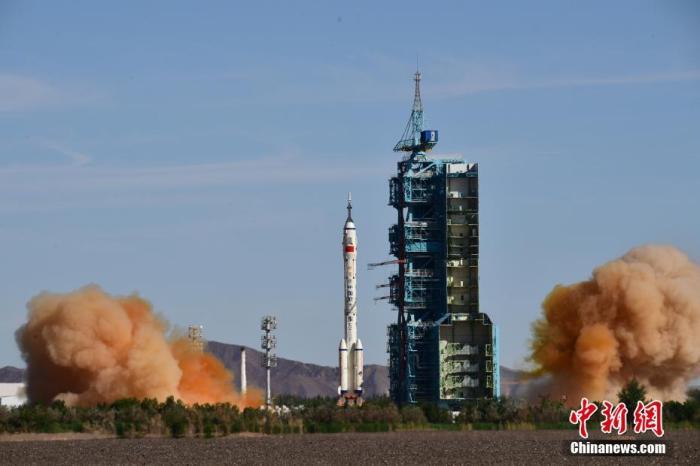 """北京時間6月17日9時22分,搭載神舟十二號載人飛船的長征二號F遙十二運載火箭在酒泉衛星發射中心準時點火發射。約573秒后,神舟十二號載人飛船與火箭成功分離,進入預定軌道,順利將聶海勝、劉伯明、湯洪波3名航天員送入太空,飛行乘組狀態良好,發射取得圓滿成功。中國空間站即將迎來首批""""住戶""""。圖為長征二號F遙十二運載火箭點火發射?!?<a target='_blank' href='http://www.a4ck.com/'>中新社</a>發 汪江波 攝"""