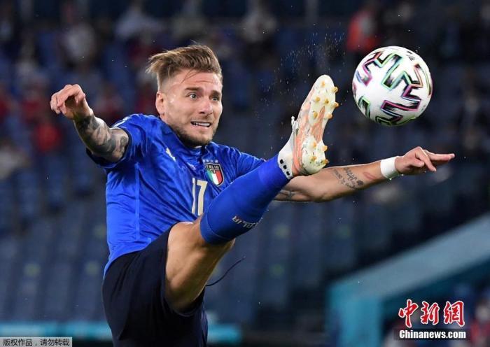 北京時間6月17日,歐洲杯小組賽A組第二輪,意大利3:0大勝瑞士。在接連擊敗土耳其與瑞士后,意大利隊成為本屆歐洲杯首支確定從小組中出線的球隊。圖為意大利球員因莫比萊在比賽中。