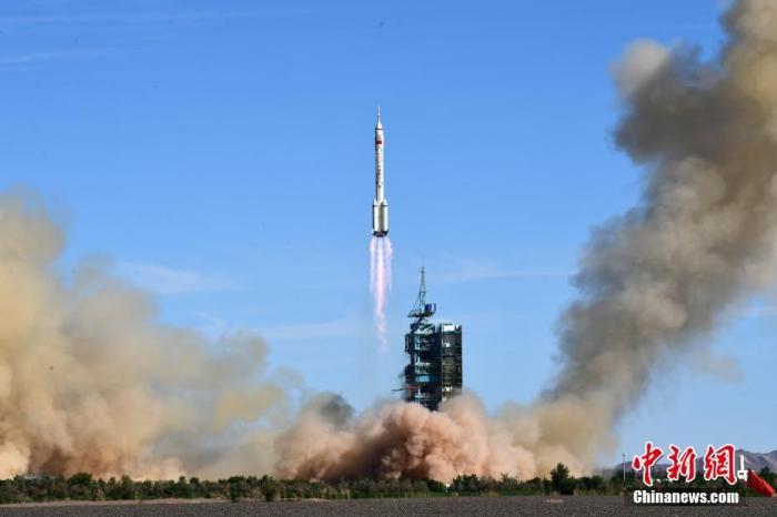 """北京时间6月17日9时22分,搭载神舟十二号载人飞船的长征二号F遥十二运载火箭在酒泉卫星发射中心准时点火发射。约573秒后,神舟十二号载人飞船与火箭成功分离,进入预定轨道,顺利将聂海胜、刘伯明、汤洪波3名航天员送入太空,飞行乘组状态良好,发射取得圆满成功。中国空间站即将迎来首批""""住户""""。图为长征二号F遥十二运载火箭发射升空。  中新社发  汪江波 摄"""