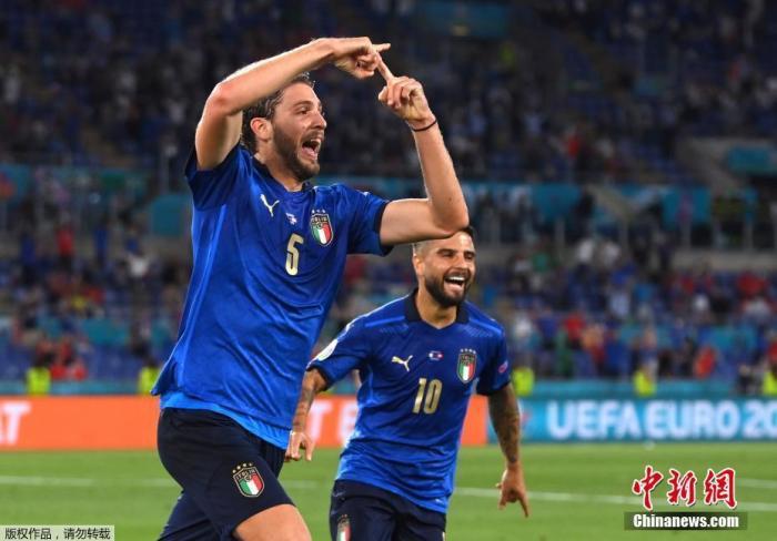 北京時間6月17日,歐洲杯小組賽A組第二輪,意大利3:0大勝瑞士。在接連擊敗土耳其與瑞士后,意大利隊成為本屆歐洲杯首支確定從小組中出線的球隊。圖為意大利球員洛卡特利在比賽中慶祝。