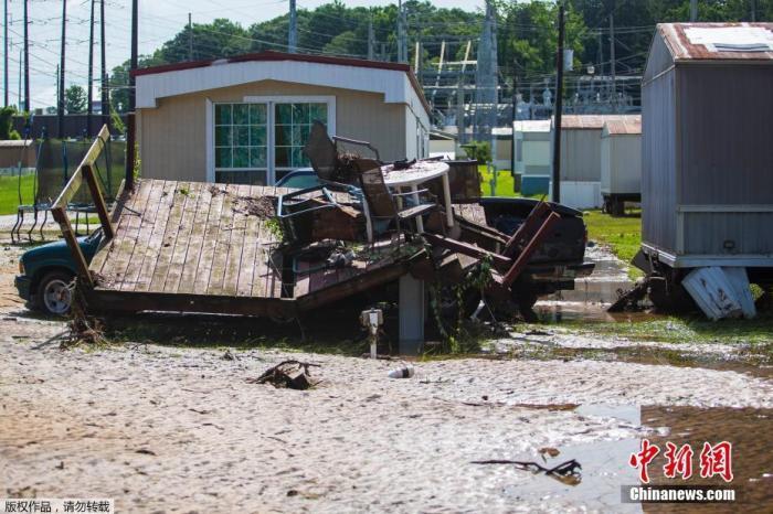 """當地時間6月20日,熱帶風暴""""克勞德特""""侵襲美國阿拉巴馬州,造成山洪暴發,并引發龍卷風,摧毀了當地數十所房屋。圖為受損的房屋和車輛。"""