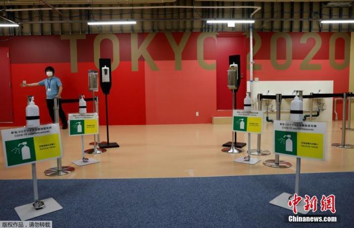 當地時間6月20日,距東京奧運會開幕還有33天時,奧運村首次對媒體開放。圖為健身中心入口處擺放有洗手液和防疫標識。