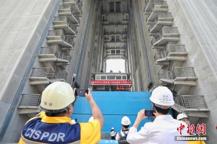6月22日,工作人员拍摄500吨货船提升情况。中新社记者 瞿宏伦 摄