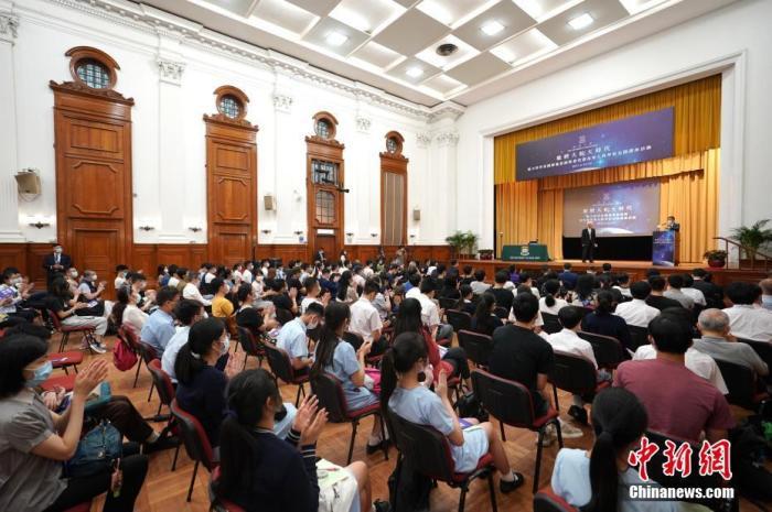 6月24日,中国工程院院士、长征系列火箭总设计师龙乐豪在香港大学发表题为《长征火箭与中国航天》的演讲,现场反应热烈。演讲结束后,港大学生围着龙乐豪院士请教问题,龙乐豪院士耐心解答。图为现场掌声不断。 中新社记者 张炜 摄