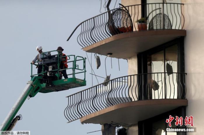 圖為救援人員繼續搜救坍塌高樓里的幸存者。