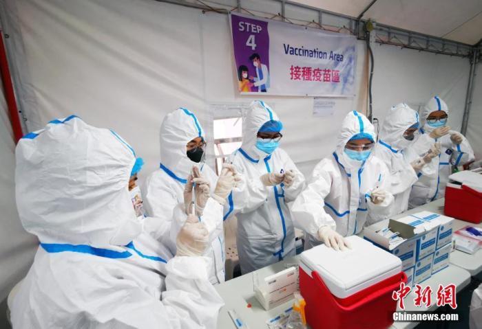 当地时间6月25日,菲律宾中华崇仁总医院开始施打菲律宾华社采购的中国疫苗。 <a target='_blank' href='http://www.laviejaeskuela.com/'>中新社</a>记者 关向东 摄