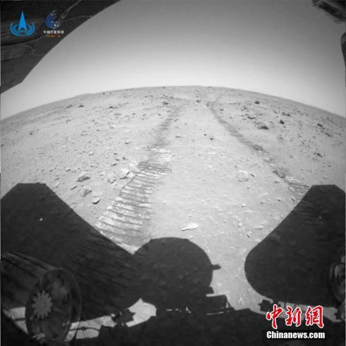 """6月27日,中国国家航天局发布中国天问一号火星探测任务着陆和巡视探测系列实拍影像。截至27日上午,""""祝融号""""火星车已在火星表面工作42个火星日,累计行驶236米。此次公布的天问一号火星探测任务着陆和巡视探测系列实拍影像包括着陆巡视器开伞和下降过程、""""祝融号""""火星车驶离着陆平台声音及火星表面移动过程视频,火星全局环境感知图像、火星车车辙图像等。图为火星车行驶车辙图。 <a target='_blank' href='http://www.chinanews.com/'>中新社</a>发 中国国家航天局 供图"""