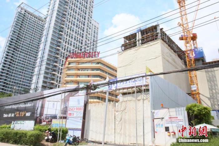 当地时间6月28日,泰国曼谷一处建筑工地关闭暂停施工。为控制新冠肺炎疫情传播,泰国政府宣布自当天起收紧曼谷及周边地区的防疫措施,其中包括暂停建筑工地施工30天,禁止工人流动;餐厅禁止堂食,只提供外卖等。 <a target='_blank' href='http://www.chinanews.com/'>中新社</a>记者 王国安 摄