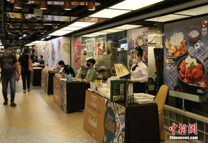 当地时间6月28日,泰国曼谷一大型商场内餐厅在提供外卖服务。为控制新冠肺炎疫情传播,泰国政府宣布自当天起收紧曼谷及周边地区的防疫措施,其中包括餐厅禁止堂食,只提供外卖;暂停建筑工地施工30天,禁止工人流动等。 <a target='_blank' href='http://www.chinanews.com/'>中新社</a>记者  王国安 摄