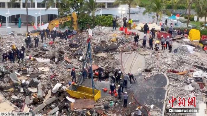 图为坍塌现场, 搜救仍在进行。